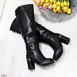 Модные высокие черные зимние сапоги на устойчивом декорированном каблуке, фото 4
