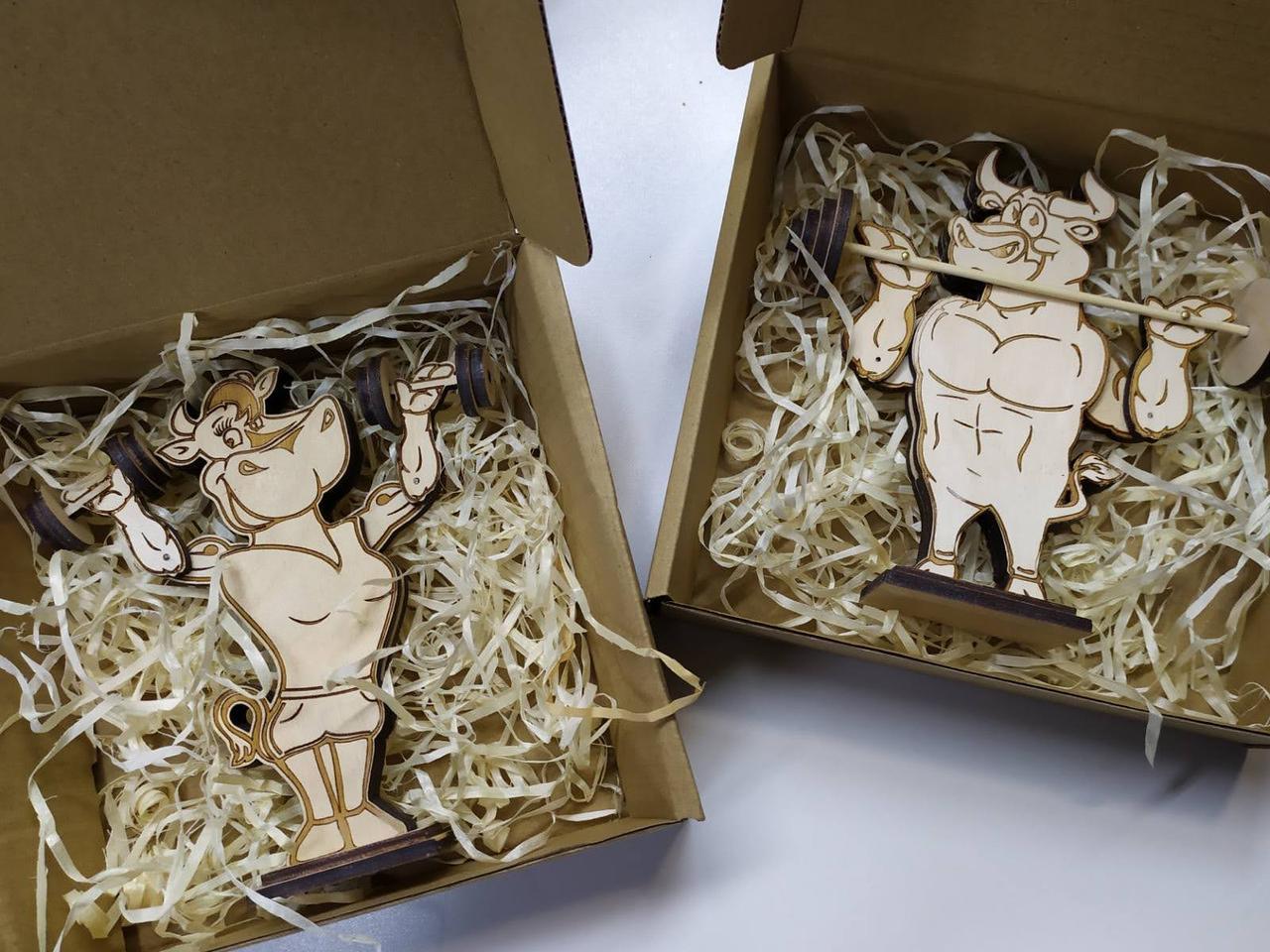 Символи 2021 - бичок і корова, рухаються фігурки, новорічні іграшки, подарунок на новий рік