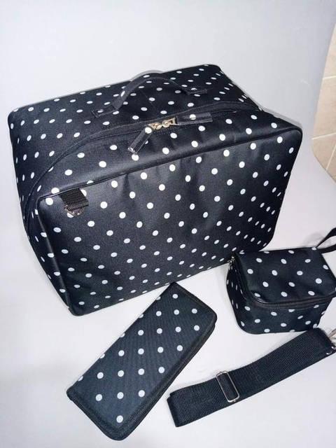 Комплект состоит из 3х предметов: 1. Большая парикмахерская сумка 2. Чехол для ножниц 3. Косметичка А006 (в подарок)