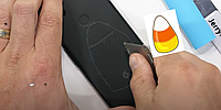 Пластиковый, но не хрупкий. GooglePixel4a хорошо показал себя в тесте на прочность