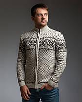 Бежевый мужской свитер на молнии с классическим орнаментом