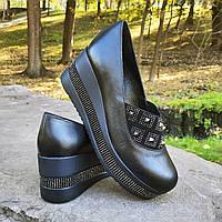 Женские кожаные туфли на танкетке черные декорированные шипами Турция