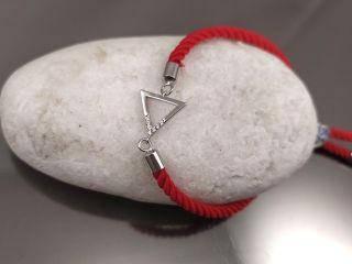 Браслет Треугольник с цирконами на красном шнурке, цвет платина
