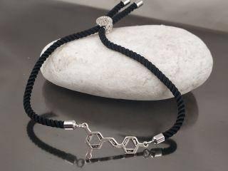 Браслет молекула Ресвератрол на черном шнурке, цвет серебро