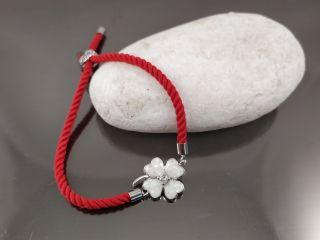 Браслет Клевер перламутр на красном шнурке, цвет платина