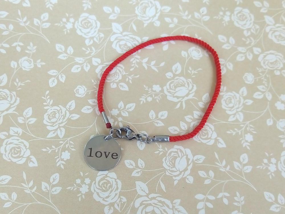 Защитный браслет Love на красном шелке