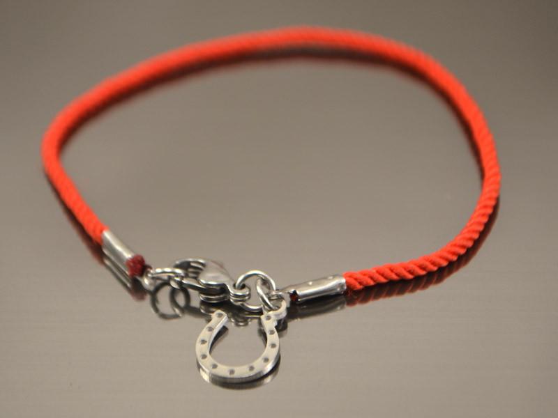 Красный браслет  от сглаза из шелка с подковкой