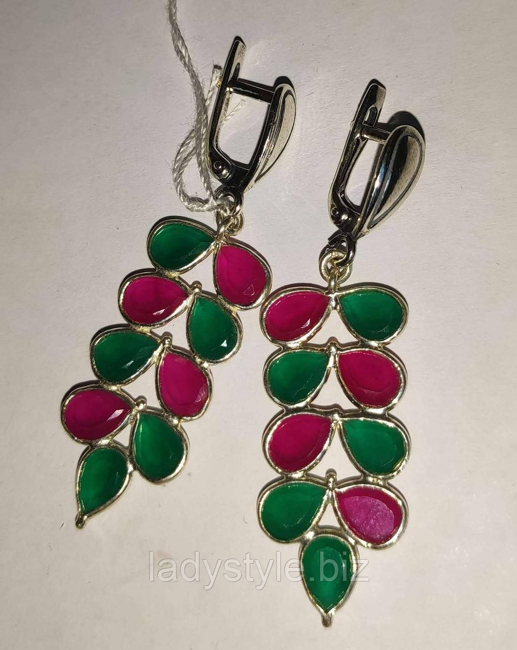 Яркие серебряные серьги с изумрудами и рубинами