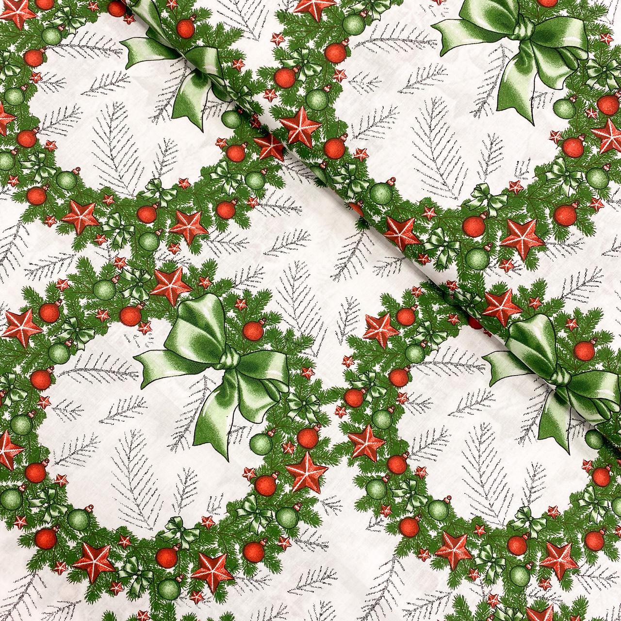 """Польская хлопковая ткань """"Рождественские венки с красными игрушками"""""""