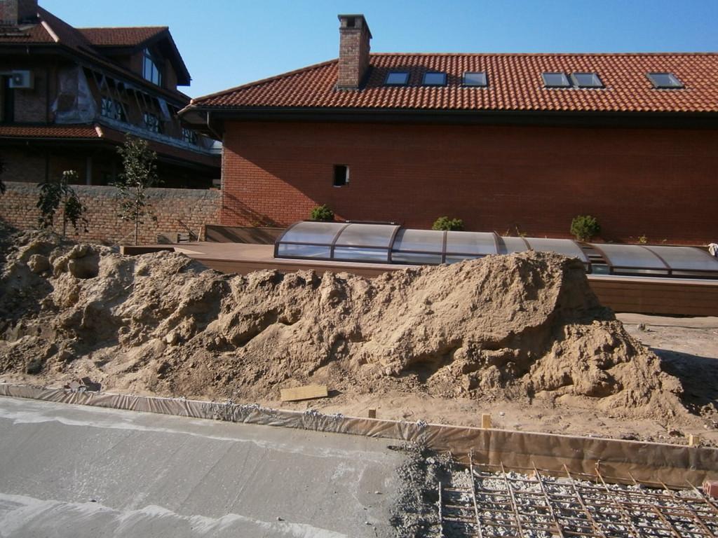 Выемка и вынос грунта перед бетонированием частного подворья.