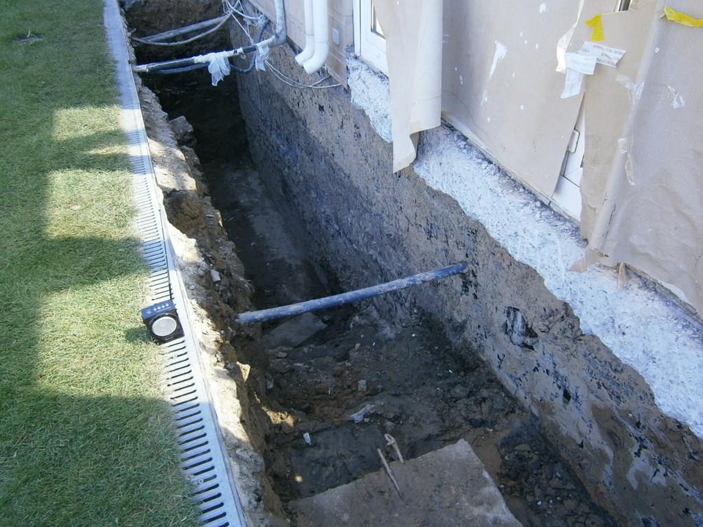 Ввиду наличия подвального этажа глубина разработки составила около 2.6 метра. После выполнения силами заказчика работ по гидроизоляции стен была завезена, уложена и тщательно утрамбована виброногой новая, сухая глина.