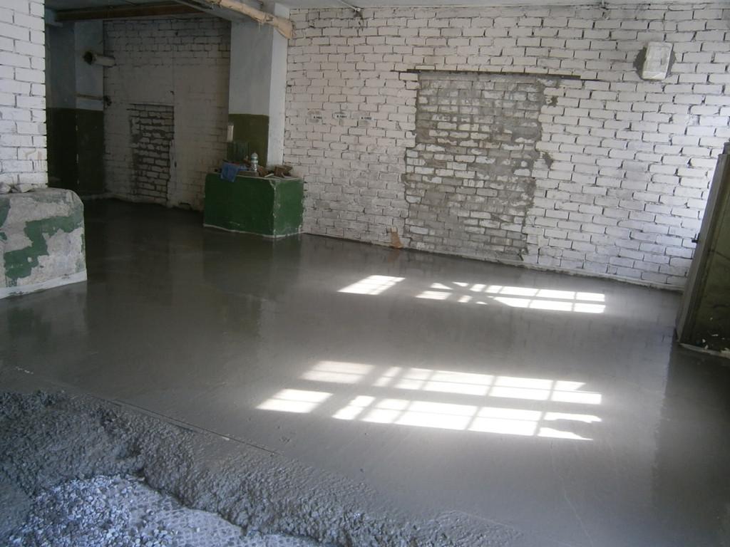 Заливка бетонного пола в производственном помещении (первый этаж), 60 квадратных метров. Все работы (демонтаж небольшого фундамента, уборка и вынос различного мусора, армирование, установка маяков, приём бетона) заняли один день.