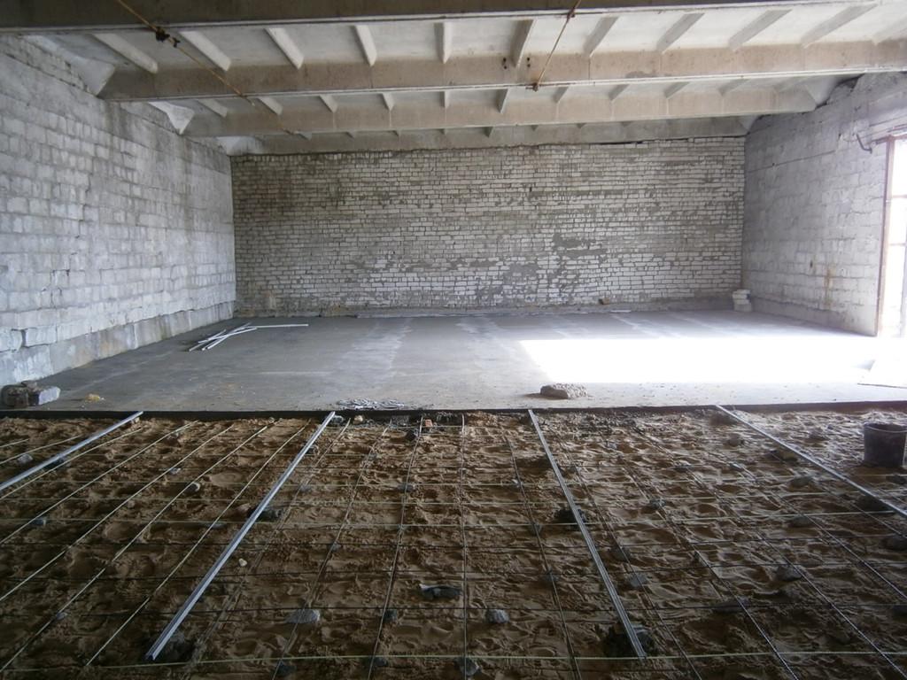 Устройство армированных (стекловолокнистой арматурой) бетонных полов в складском помещении (440 кв.м.) Демонтаж бетонного въезда, тщательная уборка всего помещения, армирование, установка маяков, перенос вручную и приём бетона - пять дней.