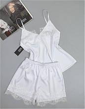 Белая шелковая пижама с кружевом.