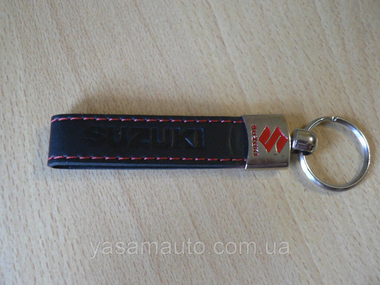 Брелок хлястик Suzuki 117мм 15г черный кожзам эмблема Сузуки черная и красная Уценка  на авто ключи