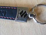 Брелок хлястик Suzuki 117мм 15г черный кожзам эмблема Сузуки черная и красная Уценка  на авто ключи, фото 4