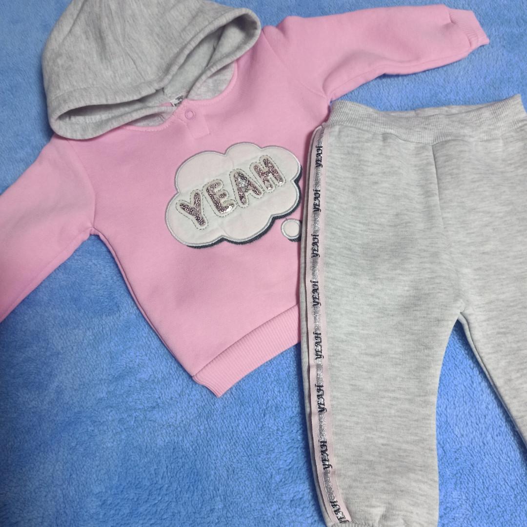 Костюм нарядный теплый для девочки. В комплект входит кофточка и штанишки. Украшение- аппликация.