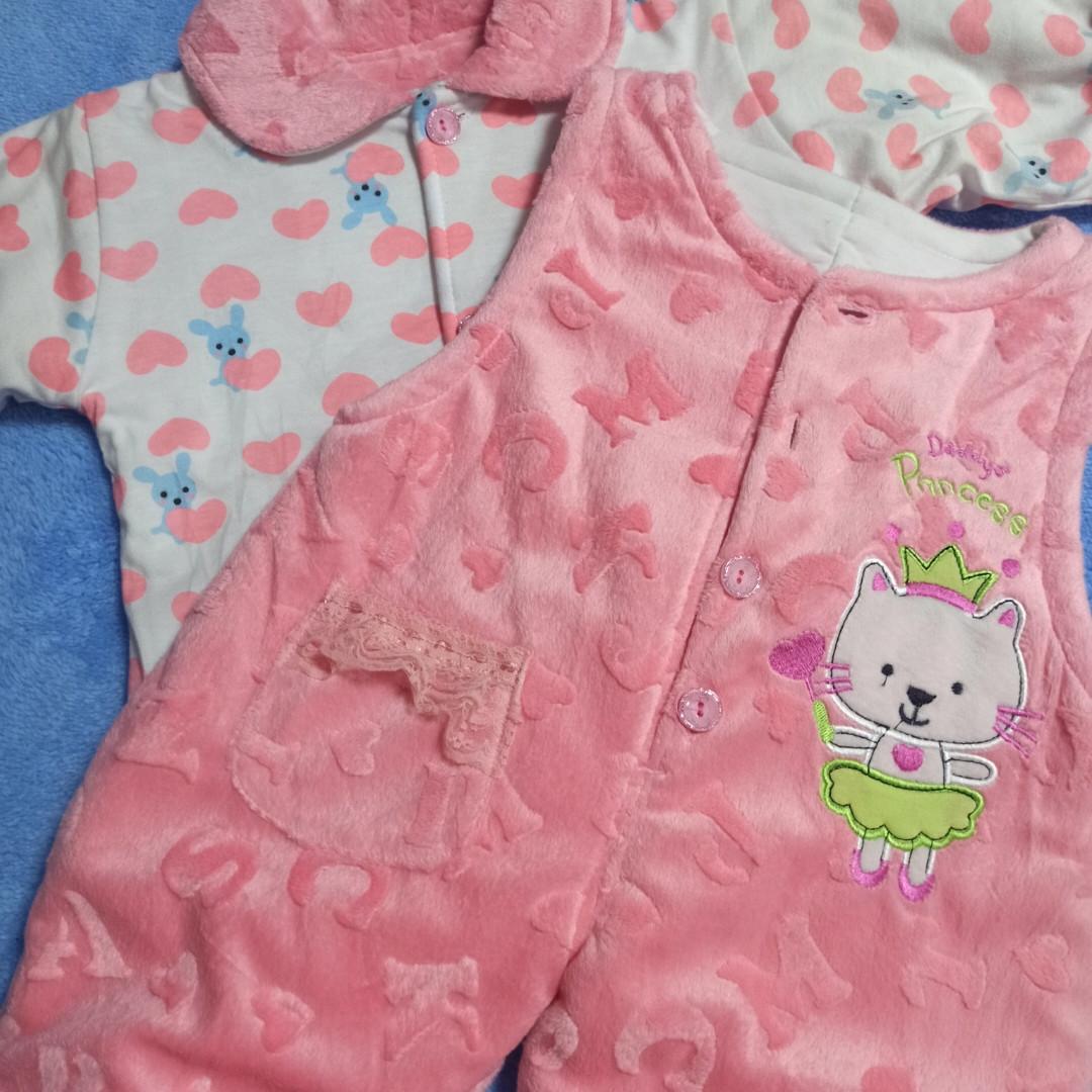Теплый модный нарядный костюм для девочки. В комплект входит кофта на пуговицах и штаны - комбинезон.
