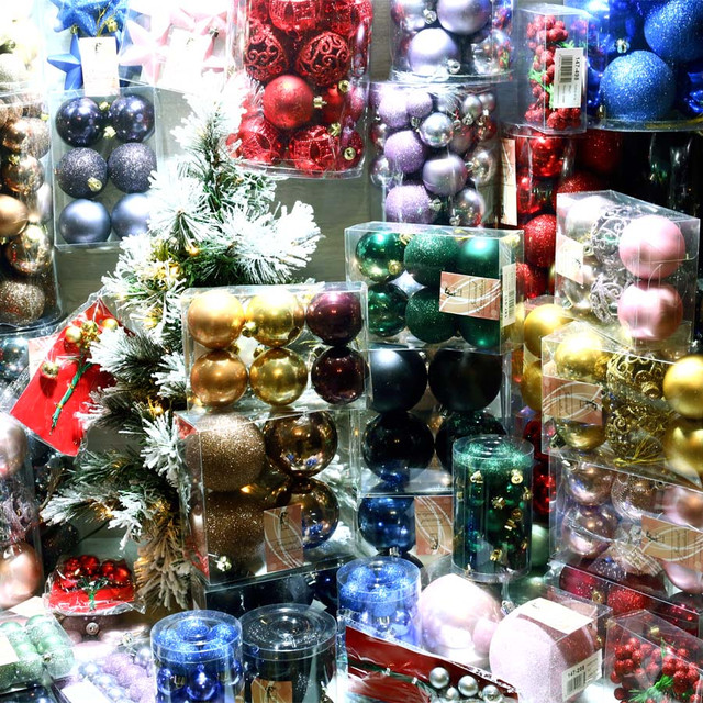 Пластикові ялинкові кулі і новорічні іграшки