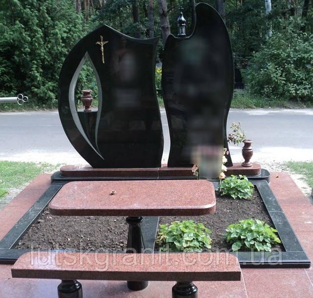 Памятники з чорного та червоного каміння