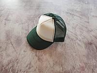Темно-зеленая кепка с белой лобной частью