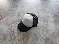 Черная кепка тракер с белой лобной частью