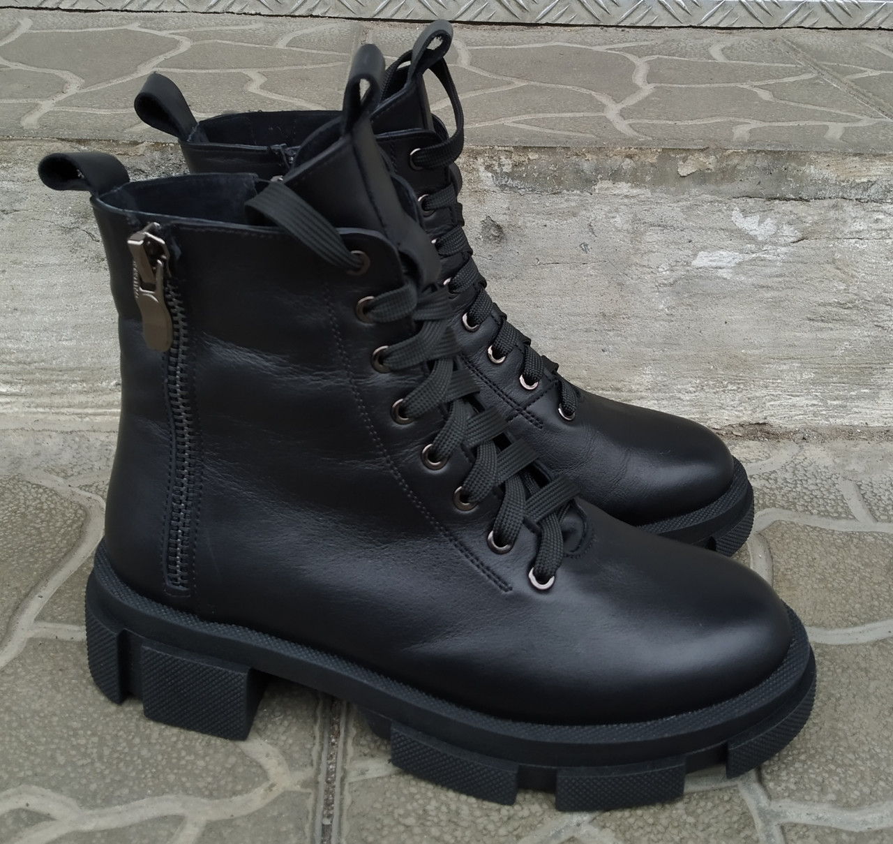 Женские ботинки на шнурках кожаные черные