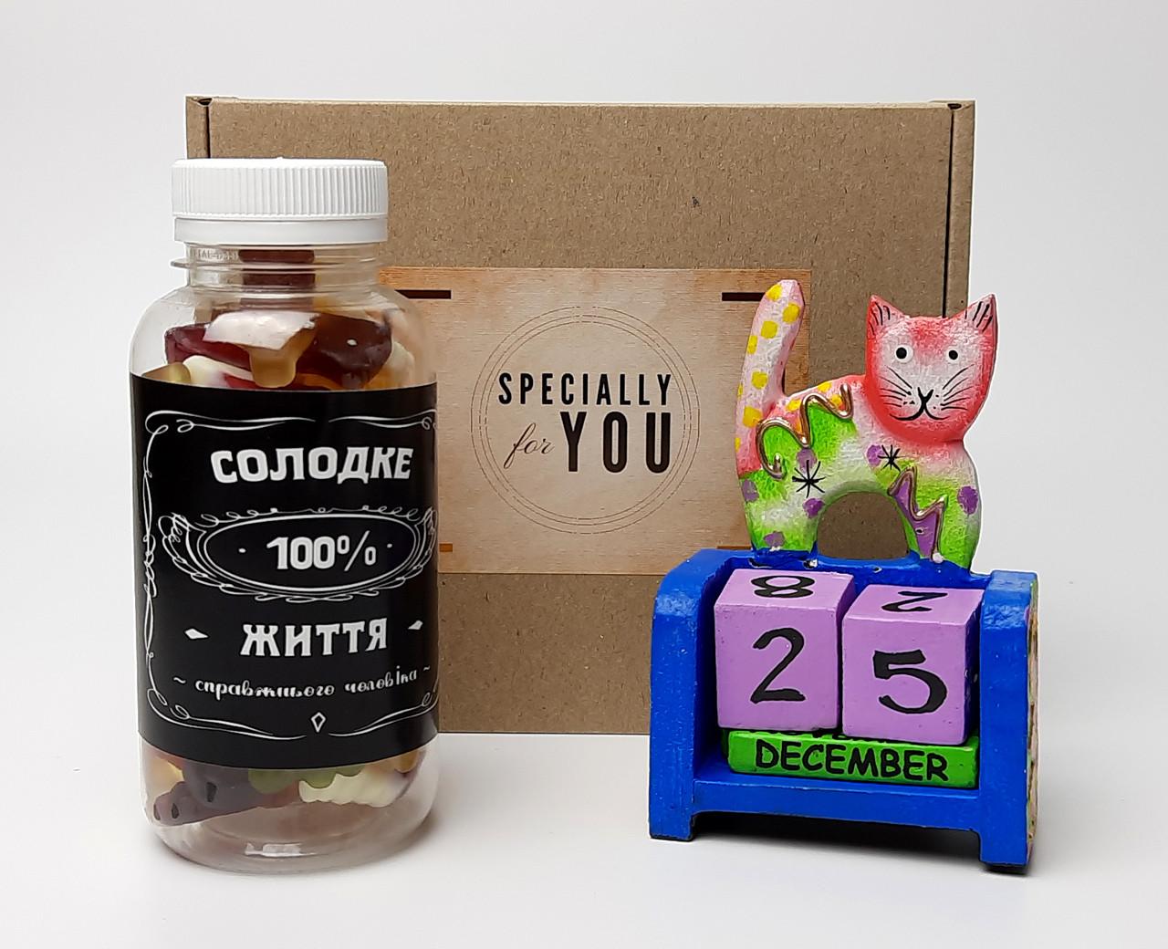 """Подарочный набор """"Сладкие времена"""": вечный календарь """"Кот"""" и конфетки в баночке """"Сладкая жизнь на все 100"""""""
