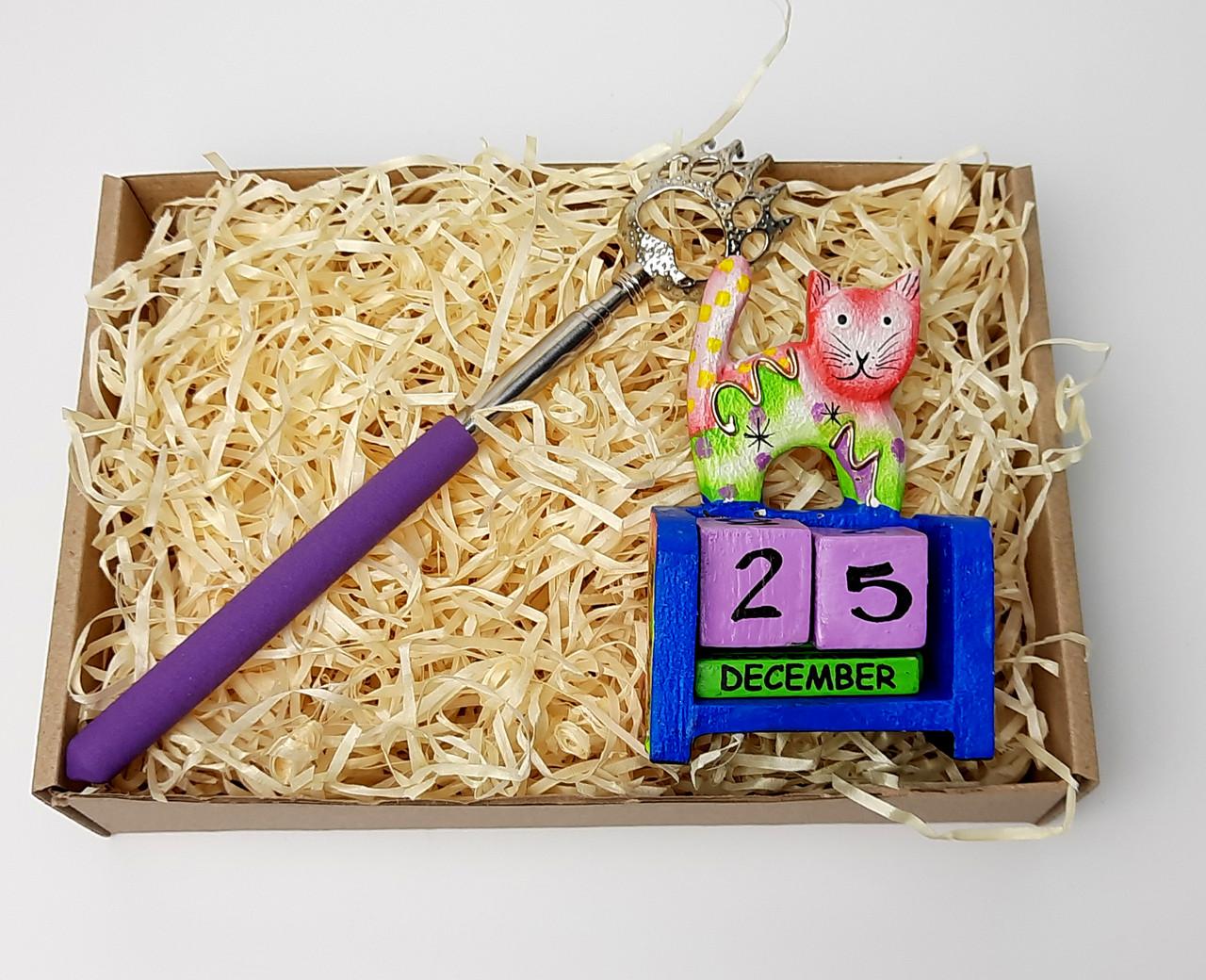 """Новогодний бокс """"Почеши котика и спинку"""": вечный календарь """"Кот"""", чесалка-лапа для спины с выдвижной ручкой"""