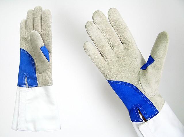 ► Перчатки для трех видов оружия.