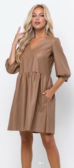 Короткое платье из эко кожи бежевое