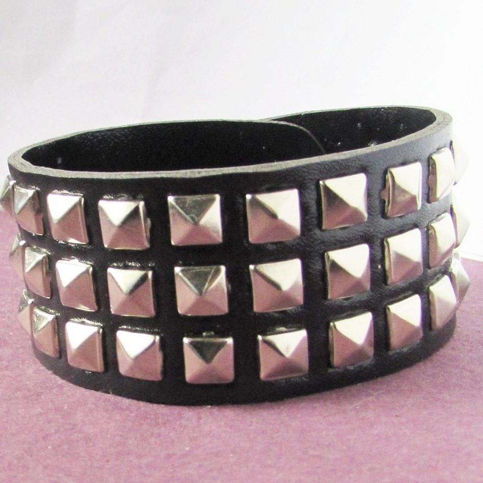 Чёрный кожаный браслет с заклёпками Драйв
