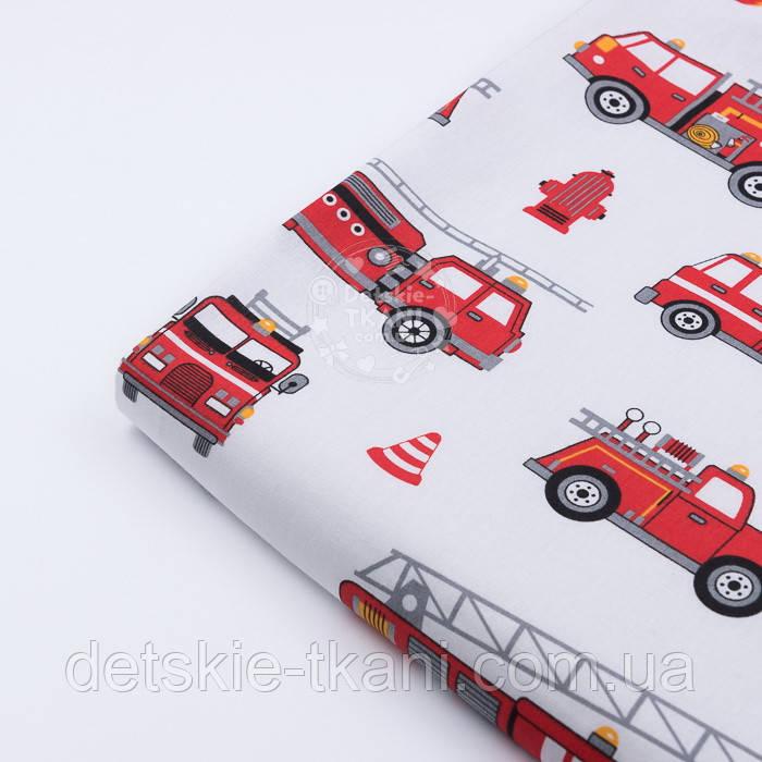 Лоскут ткани 1184 с пожарными машинами на белом фоне, размер 40*80 см