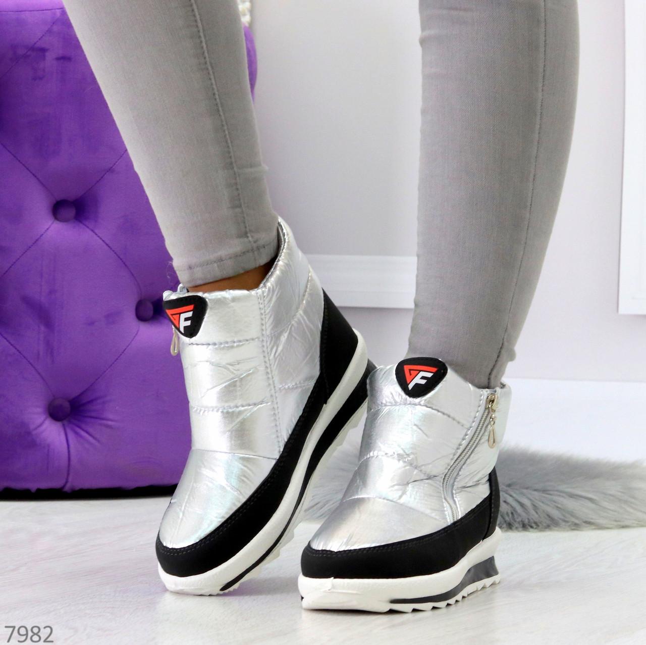 Высокие серебристые текстильные зимние женские кроссовки дутики на молнии