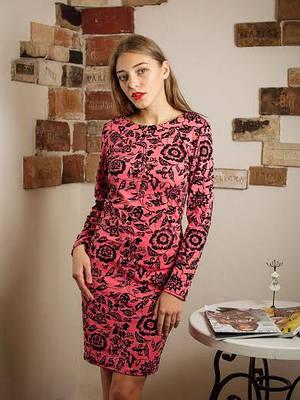 Нарядное красное платье с цветами.
