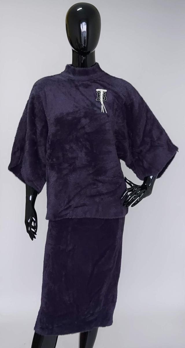 фотография однотонный меховый костюм с юбкой и кофтой