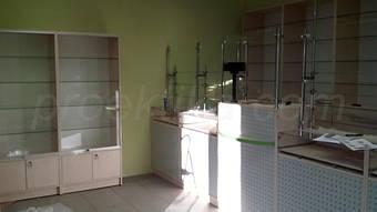 Прилавки с капиллярным барьером и витрины из ДСП и стекла с накопителем