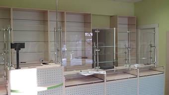 Прилавки с прозрачной столешницей и с перфорированной передней панелью