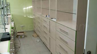 Шкафы для хранения медикаментов. Комбинированный способ хранения: в выдвижных ящиках и на полках.