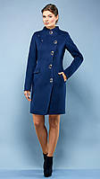 Утонченное пальто на осень с широким поясом в тон изделия и ассиметричной застежкой-молнией, сверху две крупны