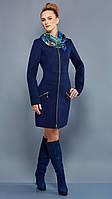 Приталенное пальто на осень с контрастной застежкой-молнией по всей длине изделия бежевое, темно-синее