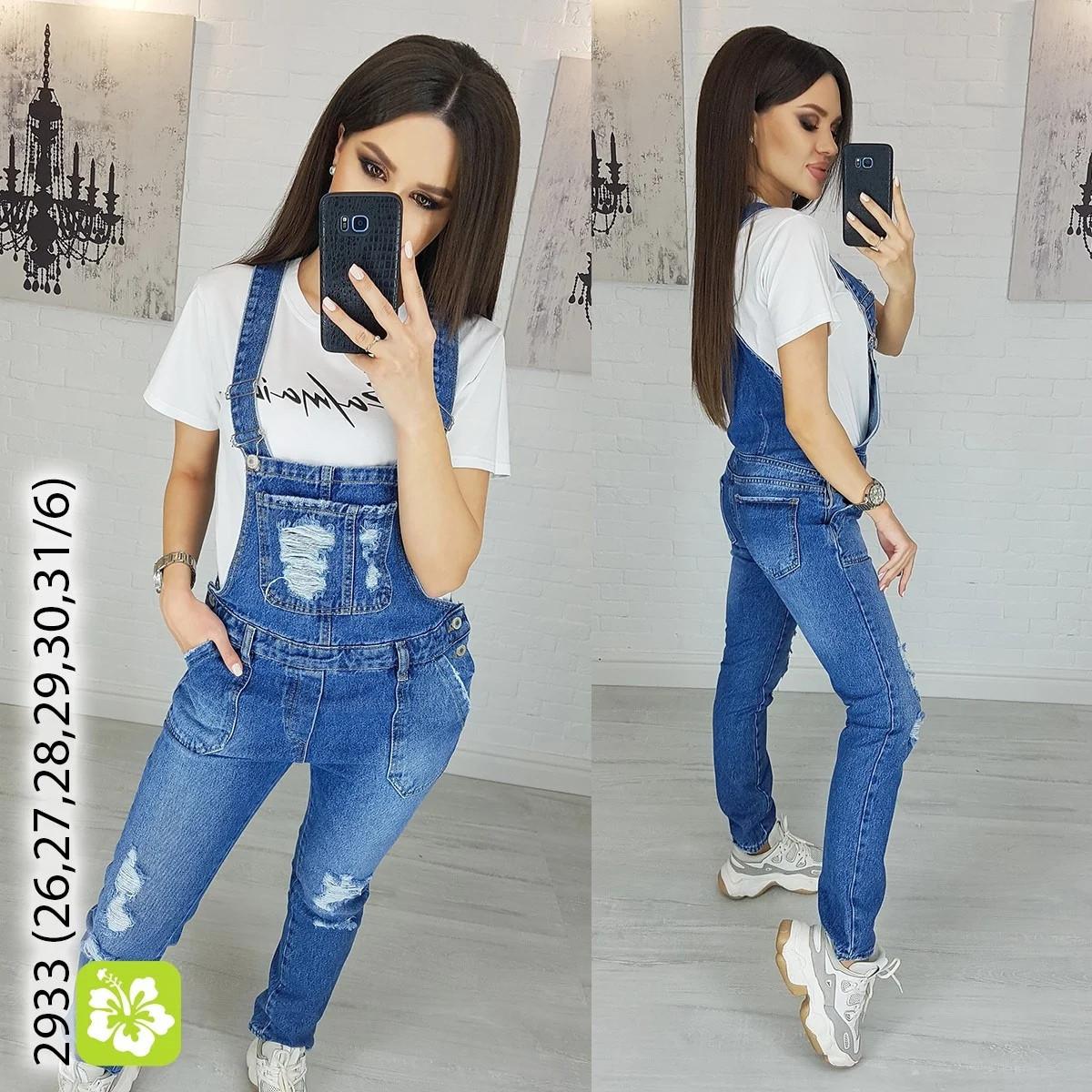 Женский джинсовый комбинезон с потертостями