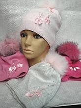 Вязанная шапочка для девочки с меховым пампоном