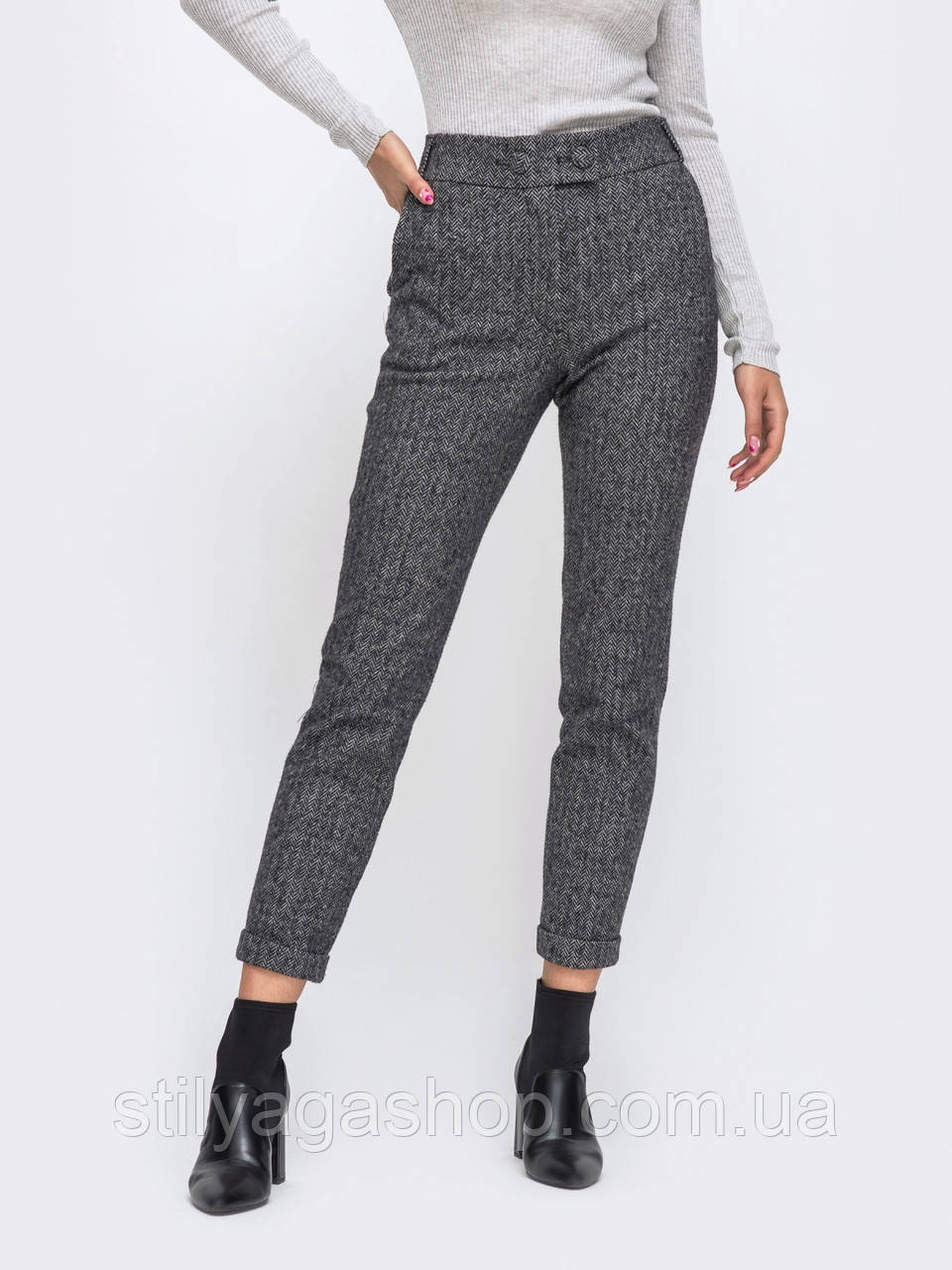Укороченные брюки с подворотами и вместительными карманами по бокам