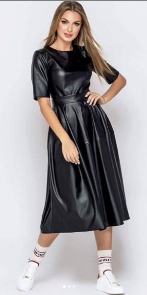 Женское платье из эко-кожи с коротким рукавом черное
