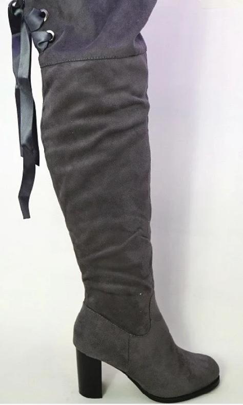 Высокие женские ботфорты на каблуке серого цвета
