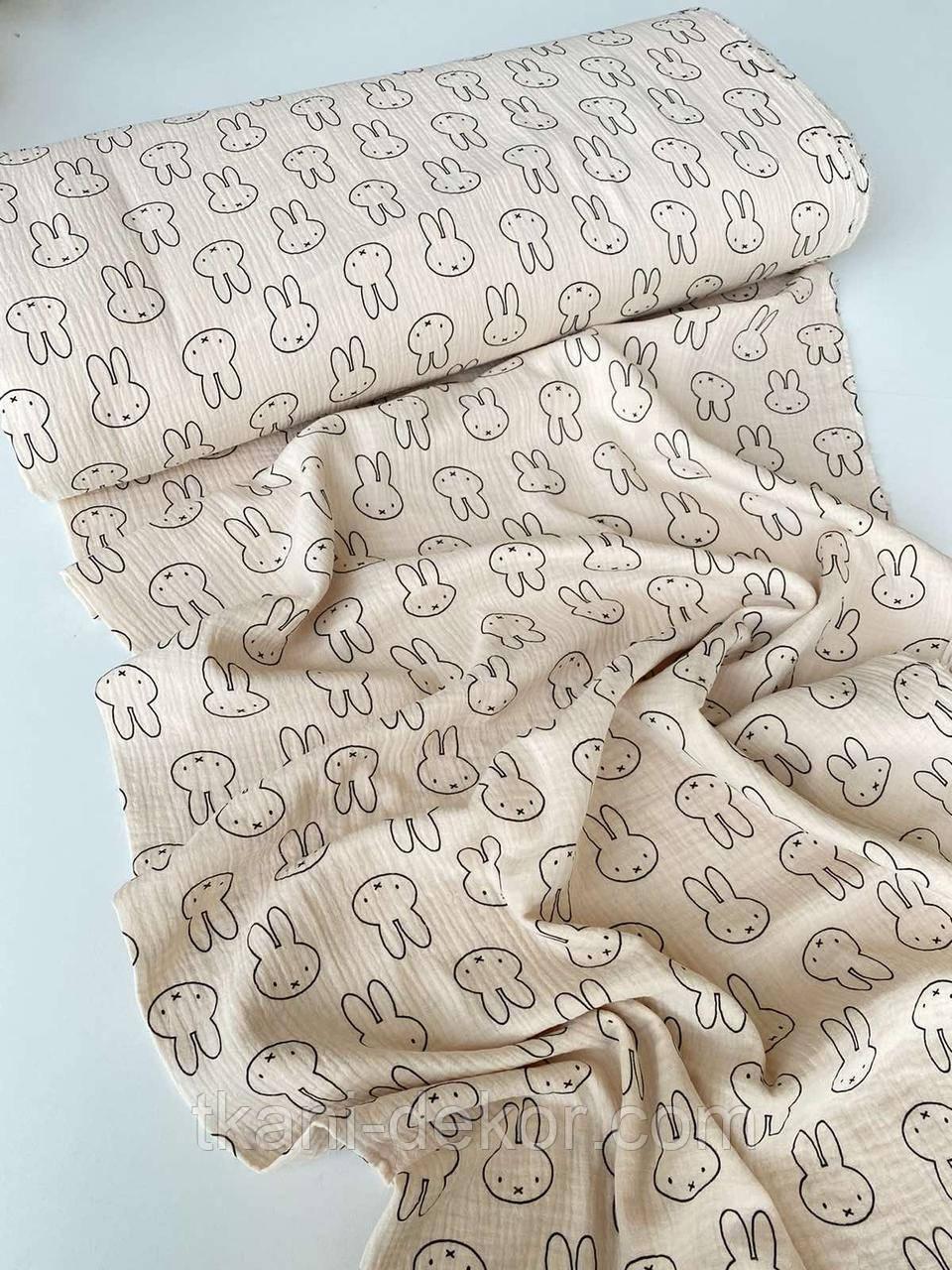 Муслін (бавовняна тканина) зайці на бежевому (ширина 1,35 м)