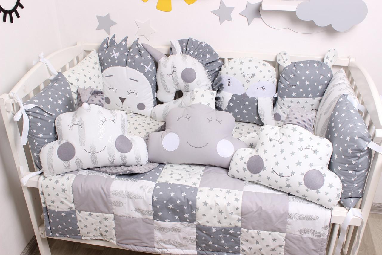 Комплект в кроватку с игрушками и облачками в серо-молочном цвете