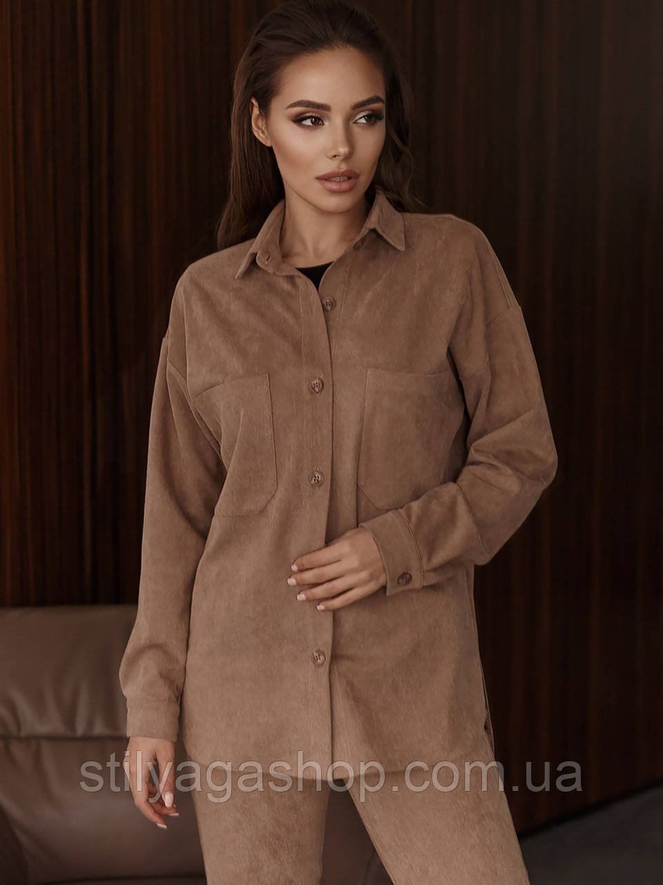 Рубашка из замши с удлиненной спинкой и накладными карманами