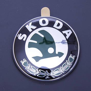 """Эмблема  """"Skoda""""  80мм\пластик\2 пукли скотч 3М (перед\зад) (OEM 6Y9853621) (Польша)"""